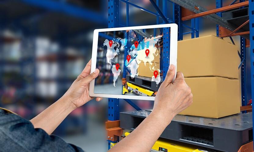 Rosnąca rola branży e-commerce ma wpływ na logistykę magazynową.