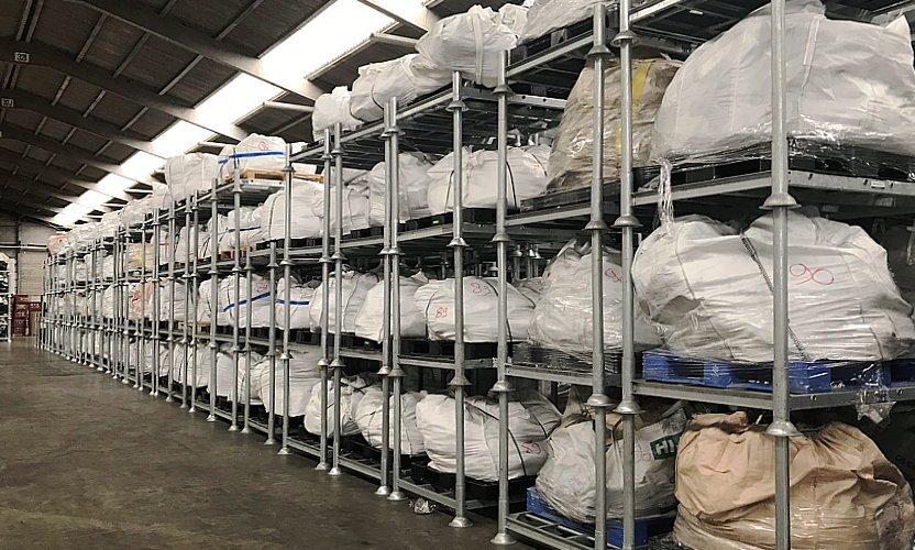 Towary na paletach plastikowe mogą być składowane tymczasowe na regałach mobilnych
